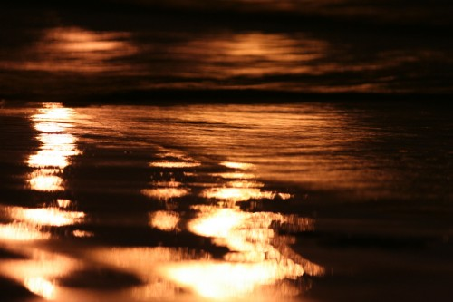 Tänavavalgustuse peegeldus mererannal