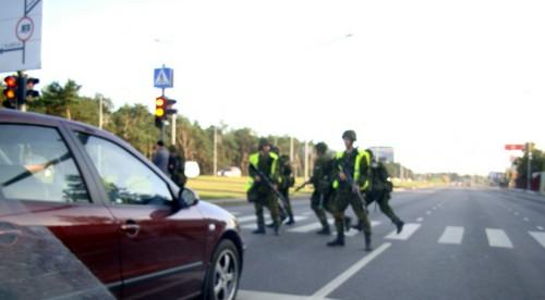 Sõdurid teed ületamas