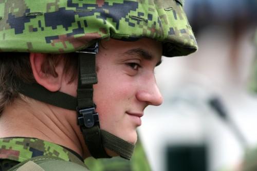 Sõdur võidupüha paraadi rivistusel