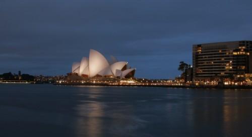 Sydney ooperimaja pimeduses